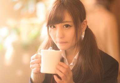 放課後のカフェデートで会話を楽しむ女子高生