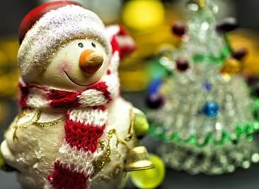 クリスマスの衣装を着たサンタクロースの人形
