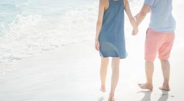 浜辺デートで手をつなぐ