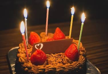 高校生の彼女に誕生日ケーキをプレゼント