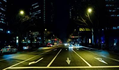 ドライブデートで夜の道を走る景色