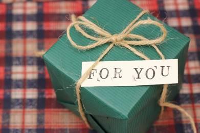 ラッピングされたプレゼントをもらう