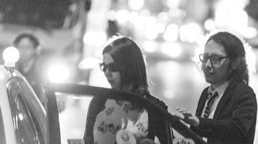 女性と一緒にタクシーに乗り込む男性